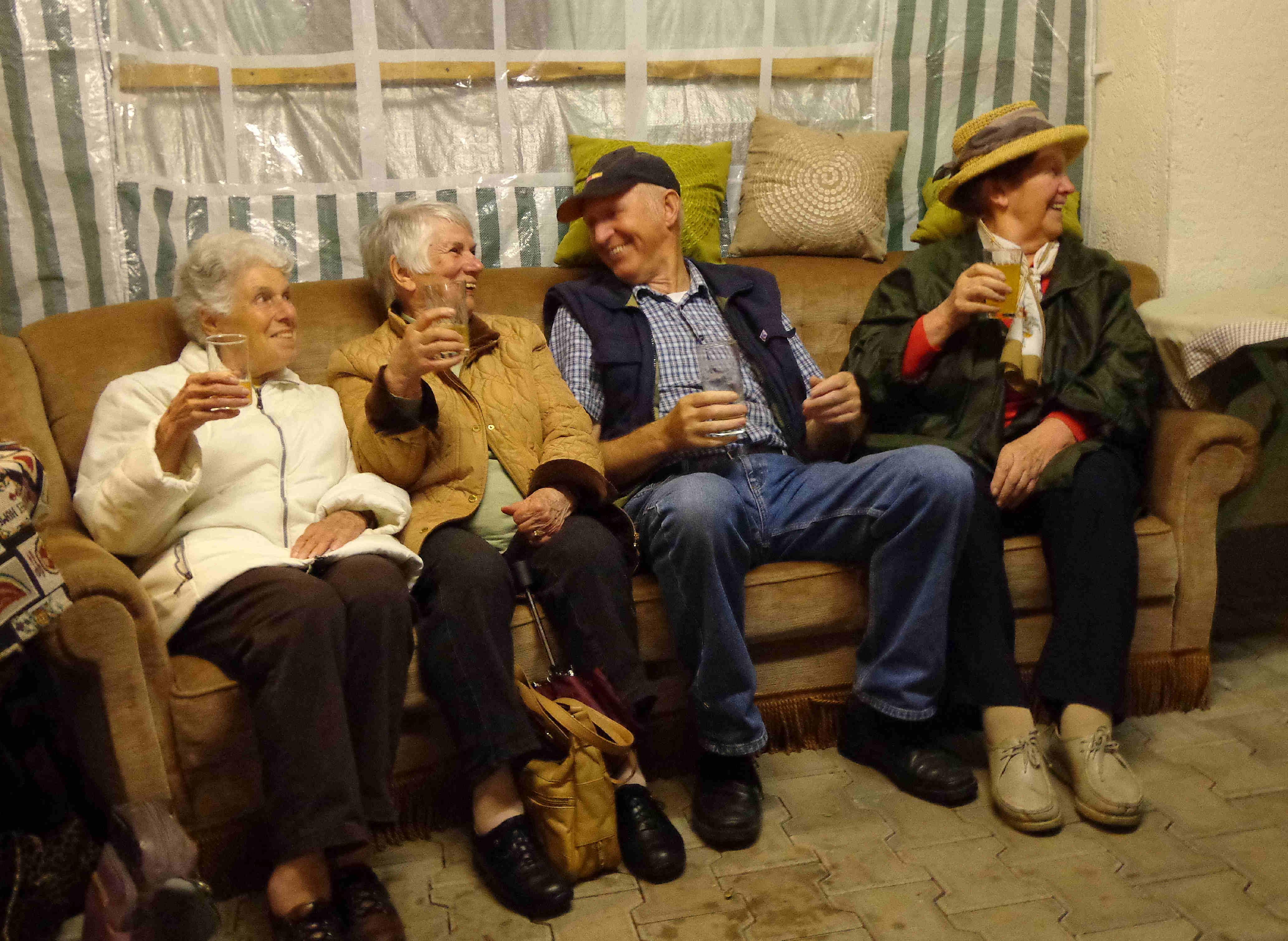 über 200 Jahre auf dem Sofa bei und mit Bauer Burkard: Prost Brunnenfest 2012!
