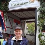 Bauer Burkard geniesst den Hessentagsumzug und seinen frischen Äpfelwein - Prost!