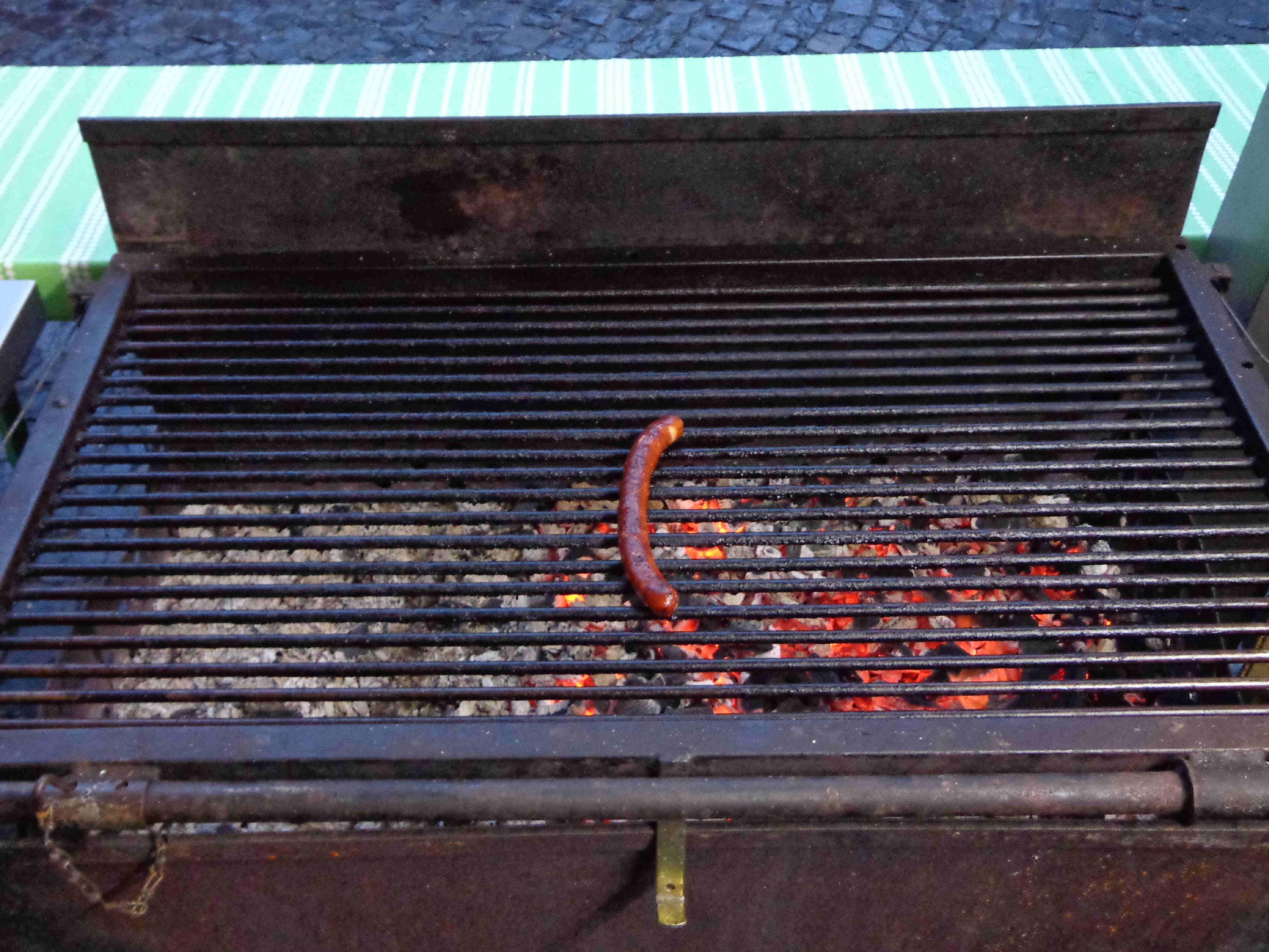 Brunnenfest 2012 bei Bauer Burkard: die letzte Wurst liegt auf dem Grill ....
