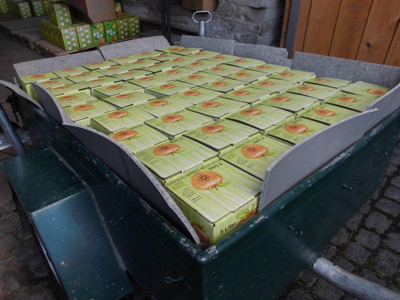 Abholung Ihres fertig gekelterten, pasteurisierten und abgefüllten Saftes aus unserem Abholllager